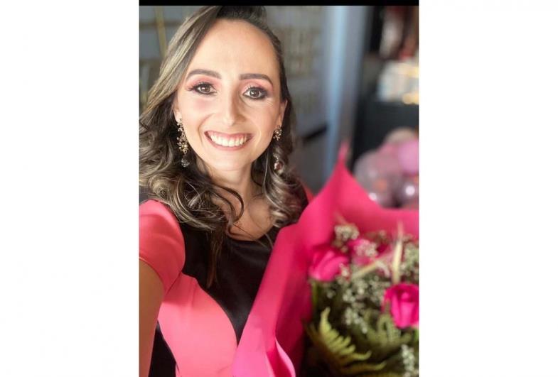 "Farturense Luana Cerri Gabriel conquista ""Carro Rosa"" da Mary Kay"