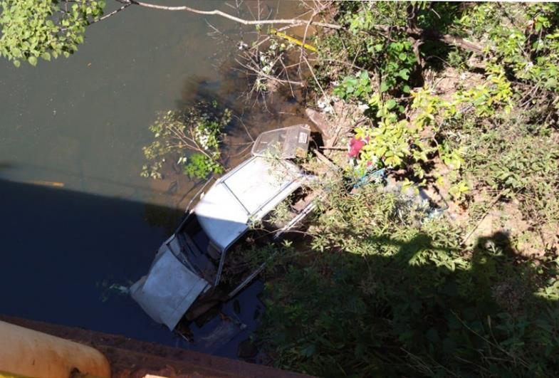 Três pessoas ficam feridas após carro cair em rio na cidade de Iaras