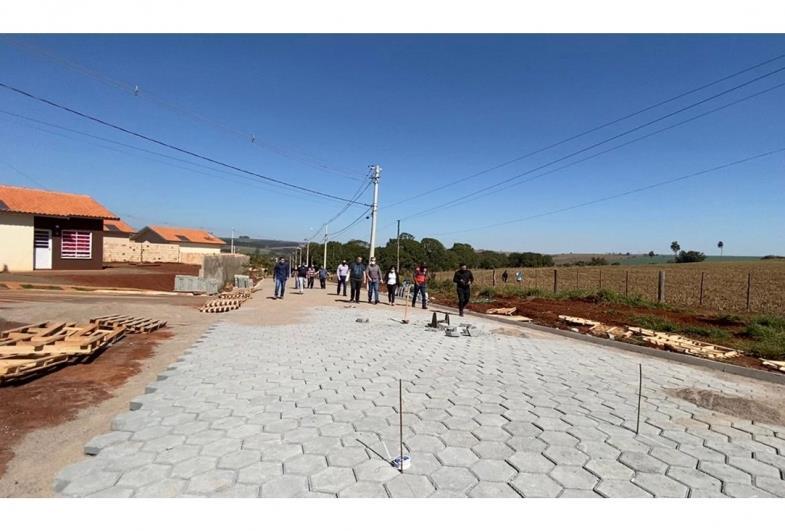 Diversas ruas da cidade recebem pavimentos com lajotas em Sarutaiá