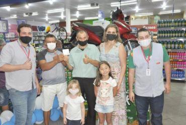 Valdomiro Machado ganha moto da  promoção do Supermercado São Francisco