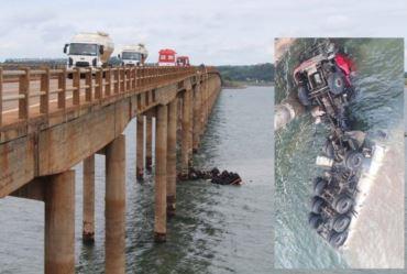 Caminhão cai na ponte que faz divisa entre Fartura e Carlópolis